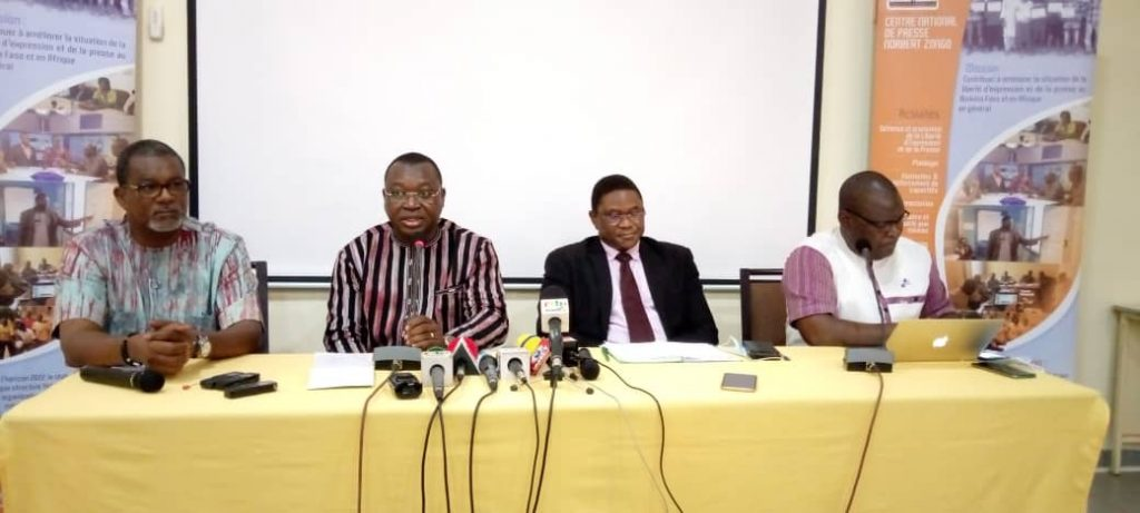 Les ministres de la Communication Ousseni Tamboura et de la Sécurité Maxime Koné au centre